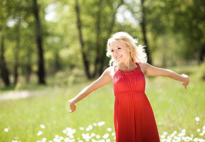 Junge Frau die durch ein Feld läuft