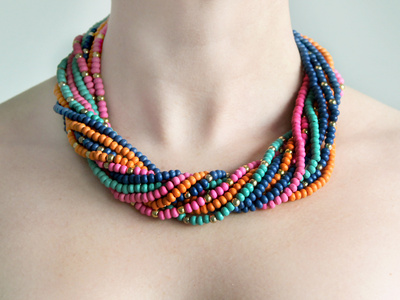 Eine Frau trägt eine Kette mit bunten Perlen