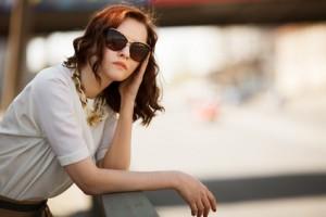 Frau trägt trendige Sonnenbrille