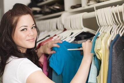 Frau sucht sich Shirts aus